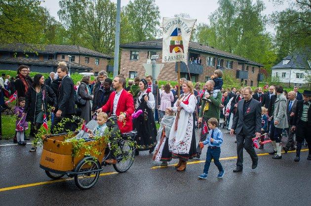 Mange av barenhagene i Ås deltok på siste del av barnetoget.
