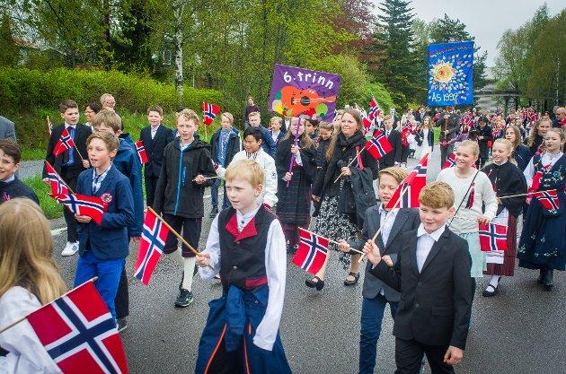 Flere tusen barn og ungdom deltok i barnetoget gjennom Ås på 17. mai