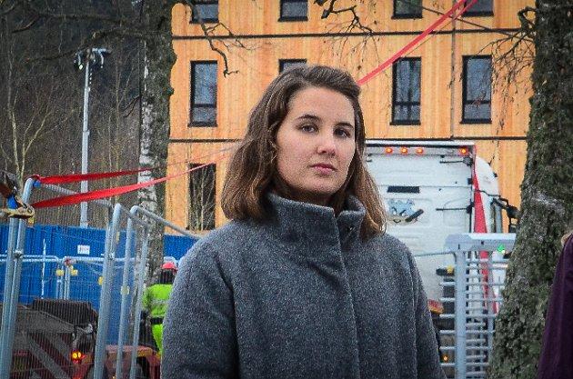 VANSKELIG HVERDAG: Student og småbarnsmor Karoline Brekke Lauvrak mener SiÅs burde gjøre mer for å beboerne i Skogveien mot støy og støv fra byggeplassen der 795 nye studentboliger er under bygging.