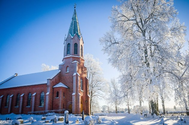 ANNERLEDES JUL: Kirkene i Ås får vanligvis besøk av 1700 personer på julaften. PÅ grunn av korona kan bare noen få delta fysisk i år.