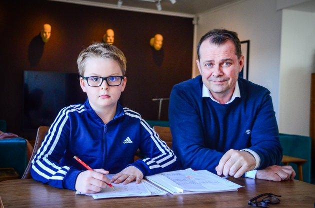 SKOLE HJEMME: Aron Østmark-Ellefsen (8) gjør matteoppgaver hjemme på Vinterbro med pappa Per-Arne Ellefsen.