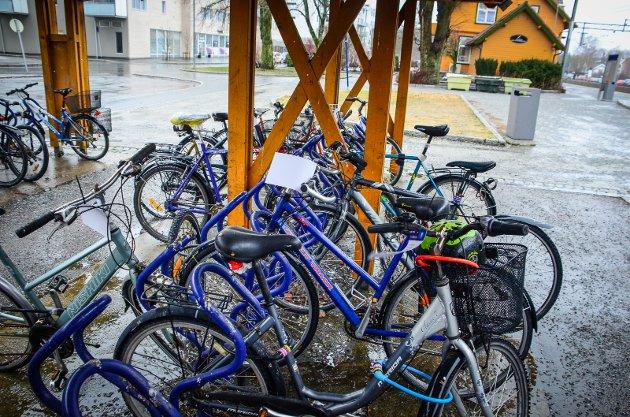 SYKKELHOTELL: Sykkelstativene på vestsiden av Ås stasjon skal erstattes med et sykkelhotell. Det er ikke riktig pengebruk, skriver Anna Solberg.