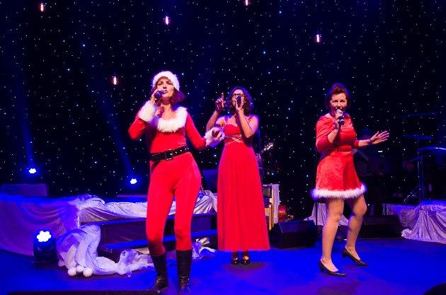 Camilla Jevne, Lena Grøtterud og Anne Kat. Håskjold på scenen i kostymer tilpasset tiden som snart står for dør.