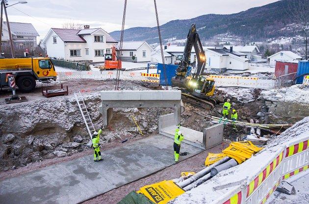 STADIG NÆRMERE: Arbeidet i med Sandbekken går framover, og det er stadig kortere tid igjen til bilene igjen kan kjøre direkte fra Hatlekrysset til Vikersund sentrum.