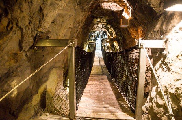 PÅ PLASS: Slik ser den ut, mens den fortsatt er under konstruksjon, den nye hengebrua gjennom Glück Auf-strosse i Blaafarveværkets koboltgruver.