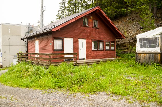 GRESSET GROR: Kanskje ikke det mest besøkte stedet i Vikersund hoppsenter, men gresset gror godt rundt husveggene ved dommertårnet i skiflygingsbakken.