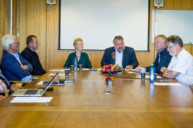 Sunni G. Aamodt blir ordfører i Modum og skal styre kommunen sammen med firkløveret av mannfolk som sitter rundt henne. Morten Wold (FrP) ledet pressekonferansen.
