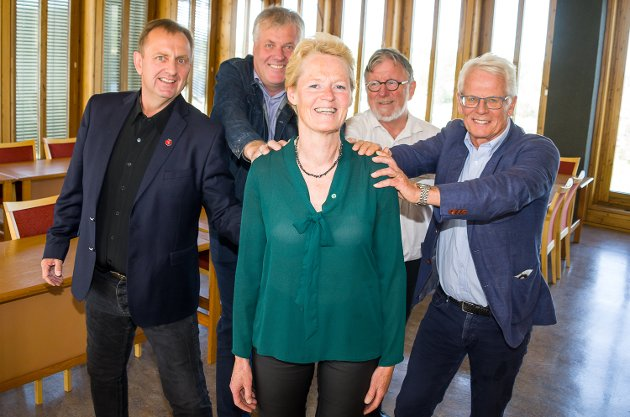 Sunni G. Aamodt (Sp) blir ordfører i Modum. Her sammen med Ole Johan Sandvand (KrF), Ole Martin Kristiansen (V), Jon Hovland (H) og Bjørn Erik Sørli (FrP). Damene først. Gutta presser på.