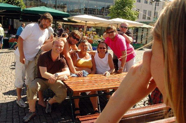 D.D.E. koser seg på brønnen med jordbær og softis. Elvefestivalen. Bragernes torg. Bjarne Brøndbo. Drammen. august 2006