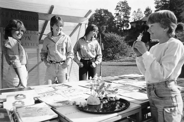 Gaularmarknaden i 1984: 4H-jenter frå Framsyn og Flink i Viksdalen.