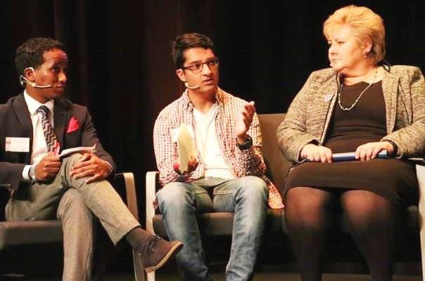 To Østfold-representanter møtte statsminister Erna Solberg under konferansen som var starten for Norges første ungdomsnettverk mot hatprat. Til venstre MohamedAmaletiAbdi, som har skrevet dette innlegget, og Omar Akhtar.