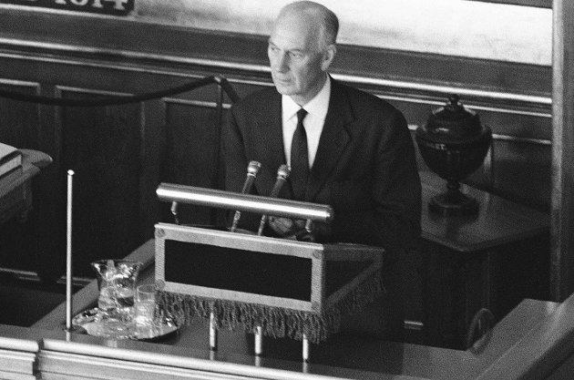 Elisabeth Lønnå henviser til Einar Gerhardsen som under NATO-toppmøtet i 1952 slo fast at atomvåpen ikke skulle lagres på norsk jord i fredstid. Bildet viser Gerhardsen i debatt om samme tema i Stortinget i 1961.