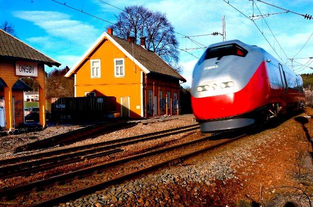 Et tog passerer gamle Onsøy stasjon i 2005. Større endringer er i vente.