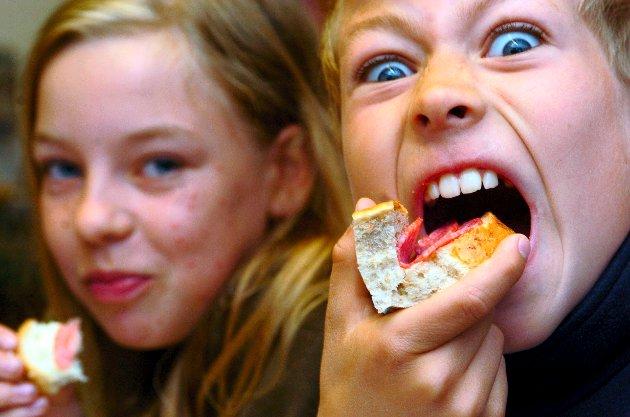 Svein Roald Hansen argumenterer for skolemat og mener behovet er godt dokumentert. Bildet viser god matlyst hos Rekustad-elever den gang Stortinget vedtok gratis skolemåltid til alle skoleelever fra 2007.