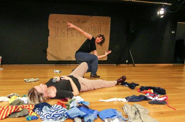 Hva føler barn som utsettes for overgrep?: Fra teaterstykket «Childism» som det refereres til i kronikken. Petra Fransson (liggende på gulvet) er hovedfortelleren, mens Henriette Slorer danser hva hun føler i møte med overgriperen.