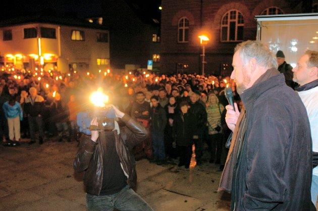 Upopulær skatteøkning: Flere tusen innbyggere går i fakkeltog og demonstrerer mot økt eiendomsskatt i Fredrikstad i mars 2005.  Ap-ordfører Ole Haabeth møter demonstrantene utenfor rådhuset.