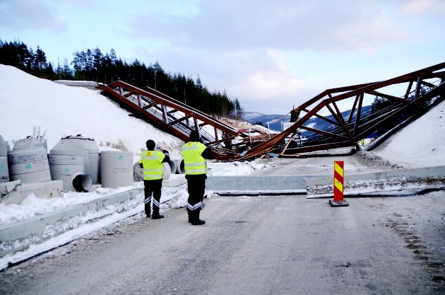 Bro kollapset over nye E6 - tømmertransport falt ned. Eksperter fra Moelven Limtre AS og Vegvesenet var onsdag kveld på stedet.