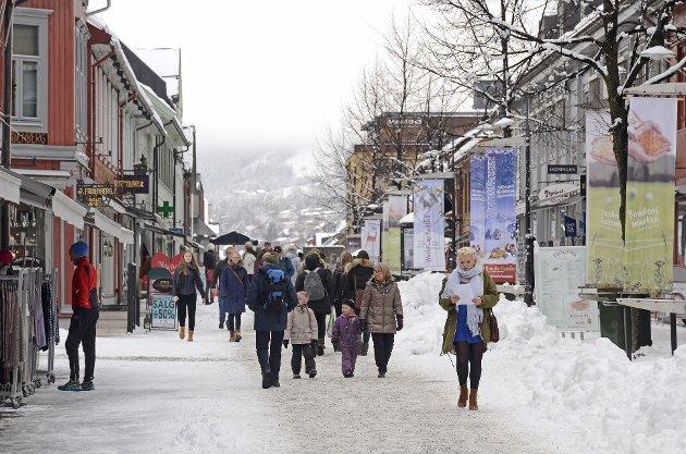 MYE FOLK I STORGATA: Lillehammer blir en livligere by i vinterferieukene.
