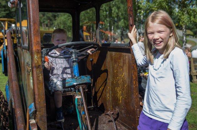 Føler seg hjemme: Mia Caroline Dalbak (10) og lillebroren Simon Elias (3) synes det er mye artig å se på. – Vi har ikke vært her så lenge, men det føles som vi har vært her i flere timer fordi det er så gøy, sier hun.