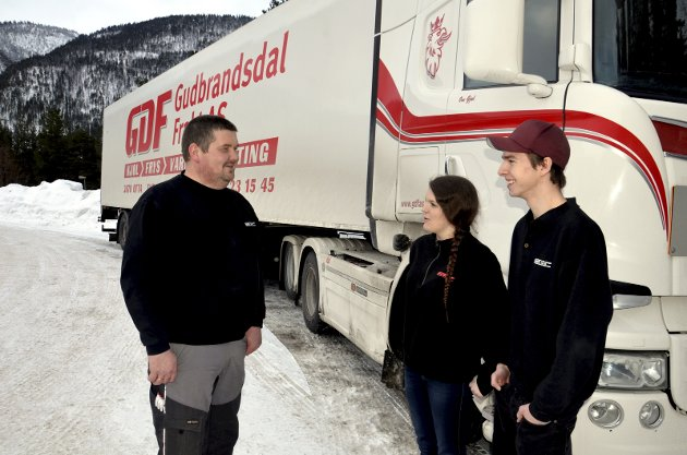 Driftsleder Geir Ove Brenden er fornøyd med  lærlingene Tor Emil Holum og Marthe Karine Båtstad, som begge satser på transportfaget.