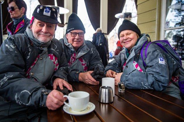 Øyvind Bolstad, Ole Kristian Roterud og Halina Rud koste seg på park-kafeen, mens de mimret om OL og Paralympics i 1994.