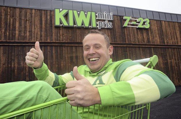 Nyåpning av Kiwi på Harestua. Butikksjef Lars Ole Magnussen gliser bredt utenfor den nye delen av bygget.