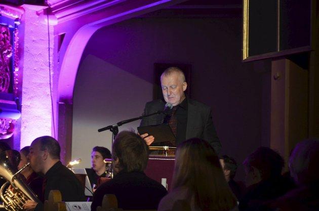 LESTE FRA BIBELEN: Helge Haukeli leste både om skapelsen og fra juleevangeliet under konserten.