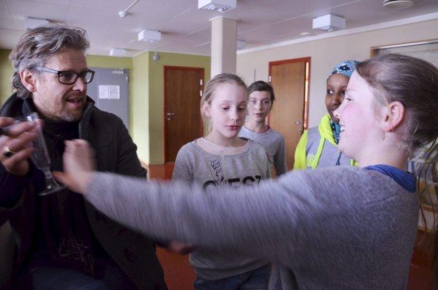 AuTOGRAF: F.h.: Vilde Skjaker Borgli, Leyla Omar-Hassan, Sandra Kolby Hammod og Lisa Sol Løvhaug Bjørgen benyttet anledningen til å få autografen til Gjermund Mathisen.