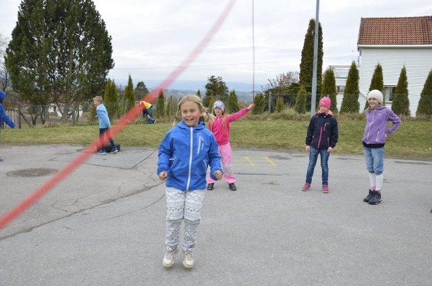 I STOREFRI: Med et smil kaster Maja Nesteaker seg inn for å hoppe. Zita Christina Ulnes-Graff slenger mens Astrid Bekken Woldengen og Kaisa Berg Stokke venter på tur.