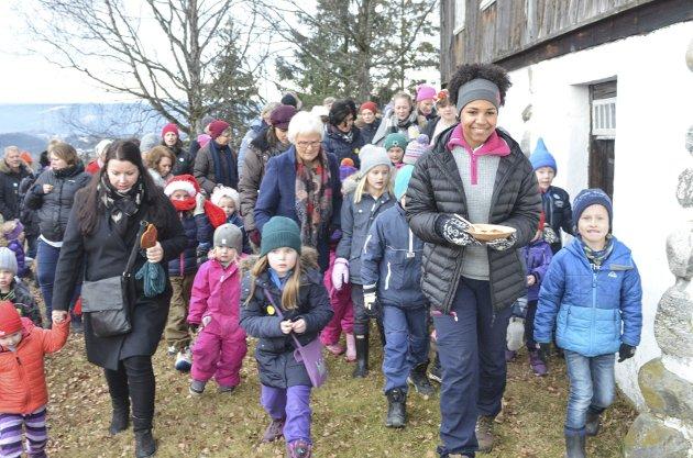 Julemarked på Hadeland folkemuseum. Maj-Iren Bojang Jørgensen leder an med grøt til nissen