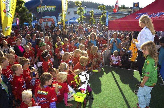 IVRIGE BARN: Alle deltakerne tok oppstilling foran scenen da arrangøren skulle trekke ut vinnerne av fem sykkeltrøyer.