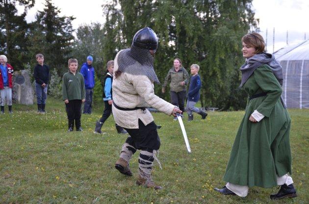 SLÅSSKAMP: Ungene satte pris på fektekampen mellom Halvfdan Svarte og kona Ragnhild.
