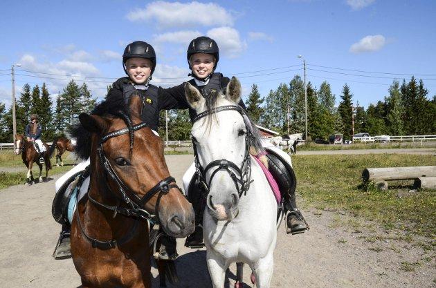 TVILLINGER: Mariell Arnholt (til venstre) er fire minutter yngre enn storesøster Betina. Jentene er like både av utseende og når det handler om rytterferdigheter.
