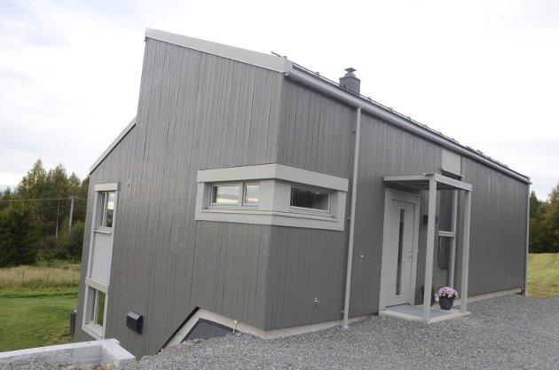 Det grå låvepanelet er i fire forskjellige bredder, og vilkårlig plassert.