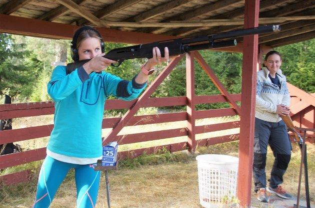 HAR JERGERPRØVA: Kari Fredriksen har tatt jegerprøva, men ønsker seg mer trening før hun går på jakt.