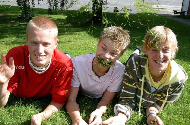 GUTTA I GRESSET: Anders Bråthen Fegri (f.h.), Bjørnar Dahlen og Steffen Orvang startet en elevbedrift som drev med hagearbeid. De synes det er fint at også årets 9.klassinger får samme muligheten neste vår.