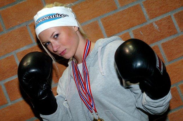 I SLAGET: Annette Røise fra Grua er den første jenta som har bokset kamp i Gran Bokseklubb sin 25 år lange historie. Resultatet ble to seirer av to mulige.
