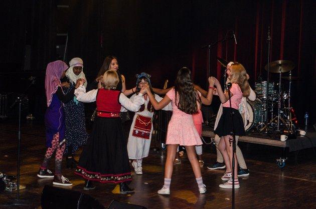 Flere Farger-gruppen med elever fra Os skole åpnet TV -Aksjonskonserten 2015 i Brygga Kultursal.