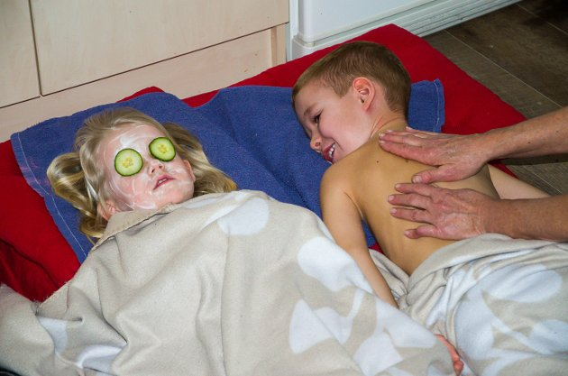 Johannes Myhre koser seg med kroppsmassasje. Mens Nora Helgesen nyter en ansiktsmaske