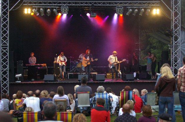 Down On The Farm: Sju år etter at den siste Down On The Farm-festivalen ble arrangert, var det duket for Down On The Farm V2 på Gribsrød Gård. Her er Minor Majority i gang. De markerte en god start på en fin festival-helg i Enningdalen.