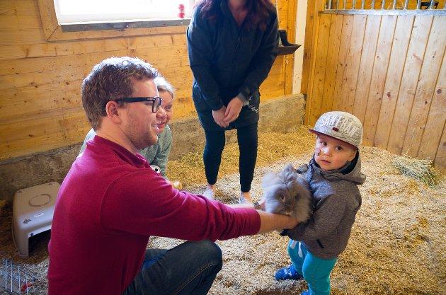 Pappa Paul Kristian Andersen, farmor Bjørn Andersen(f.v.), mormor Yvonne Vågnes og lille Liam Andersen(2,5) koste seg med kaninene og de andre dyrene på Gjernes gård lørdag.