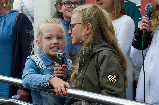 FORNØYDE: Emilie Ludvigsen Bjørengen(7) og venninnen Norah Larsen Hannestad(8) sto foran i koret og sang når toget kom inn på perrongen. De så begge svært fornøyd ut med oppgave.