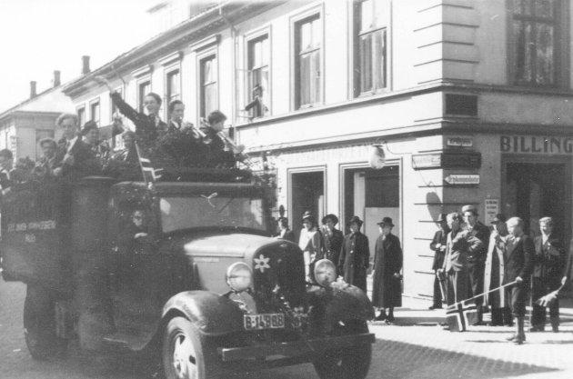FEIRET FREDEN: Folk samlet seg i byen, og mange ble kjørt rundt i lastebiler og jublet over at krigen var slutt.