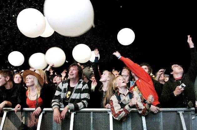 01.09.07 Det ble farmenunderskudd Dig bilde Mange jublet over ballongene, og konserten til The Flaming Lips, hovedattraksjonen på Down On The Farm v2 lørdag 4. august. Det var likevel ikke mange nok til å få festivalen til å gå i pluss.  *** Local Caption *** Mange jublet over ballongene, og konserten til The Flaming LIps, hovedattraksjonen på Down On The Farm v2 lørdag 4. august. Det var likevel ikke mange nok til å få festivalen til å gå i pluss. Arkivfoto: Stein Johnsen