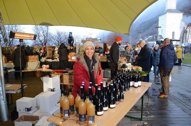 Blide Arita Åkre fra Åkre gard var på plass for å selge Edel sider.  - Det var veldig koselig å bli spurt om å bli med på julemesse i Odda, sier hun.
