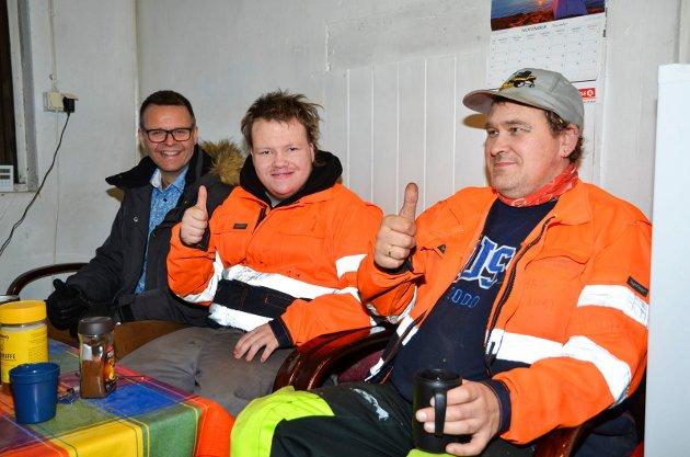 SAMHOLD:  Tommelen opp for et godt arbeidsmiljø. Fra venstre: Åge Bernt Stabbforsmo, daglig leder, Erling Andreas Roksvåg Johansen og Stig Tøllefsen.
