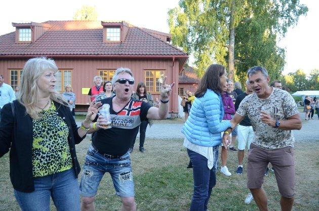 SLÅR SEG LØS: Bjørg Wølneberg, Oddbjørn Wølneberg, Monica Mee (blå jakke) og Jostein Mjønerud i ekte, god festivalstil.