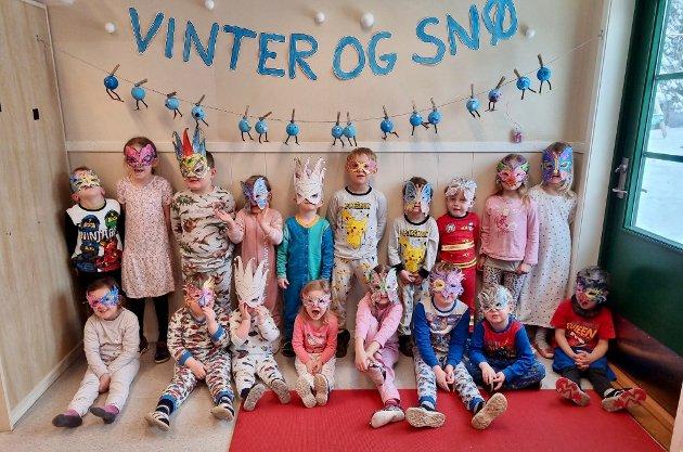 KLAR – FERDIG – PYSJ: Iført pysjamas og masker, er hele gjengen på avdeling Nøtnes klare for å starte dagen.