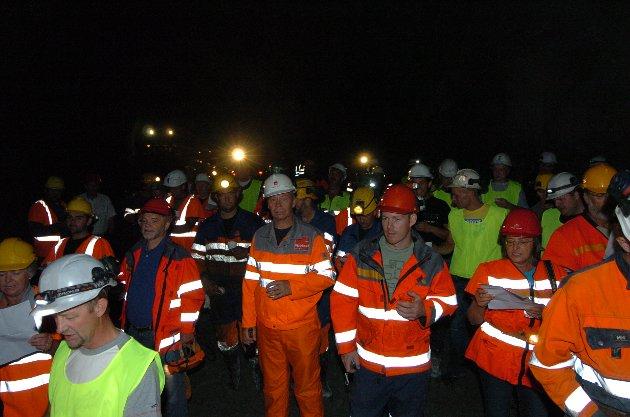 Her ser du tunneldrivarane frå begge sider av tunnelen feira gjennomslaget den 24. august 2006. Sjølve gjennomslaget skjedde 22. august, men det stod att ei lita salve. (Arkivfoto: Jonn Karl Sætre).