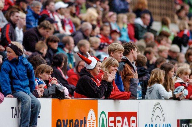 Publikum storkosa seg under cupkampen. Det offisielle talet var 2.810 tilskodarar.